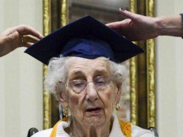 Американка получила диплом об окончании школы спустя 80 лет