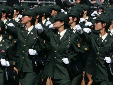 Чтобы привлечь на службу женщин, в японской армии шьют форму для беременных