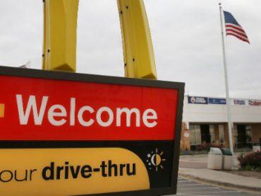 McDonald's уволил сотрудника за оскорбление бездомного