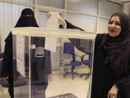 Женщины впервые участвовали в выборах в Саудовской Аравии