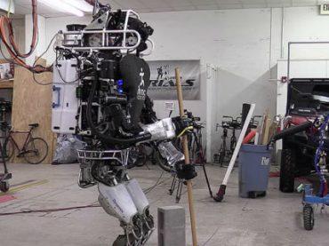 Google научил робота стоимостью в несколько миллионов подметать и пылесосить (видео)