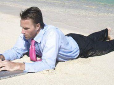 Большинство сотрудников не могут оторваться от работы во время отпуска – исследование
