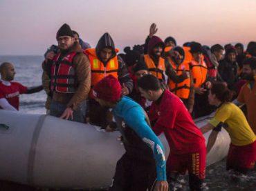 Нобелевскую премию мира предложили отдать греческим волонтерам за помощь беженцам