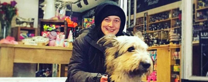 Бездомная британка с собакой спасла магазин от грабителя