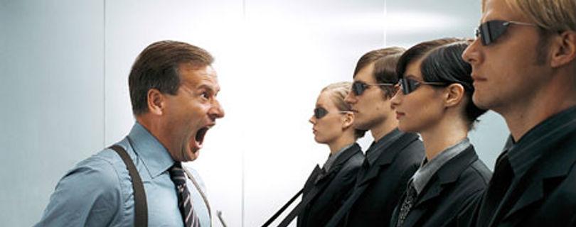 Стабильная несправедливость начальства вызывает меньше стресса, чем хаотичная критика и похвала – исследование