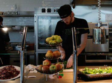 Молодые сотрудники променяли медицинскую страховку на бесплатные обеды – исследование