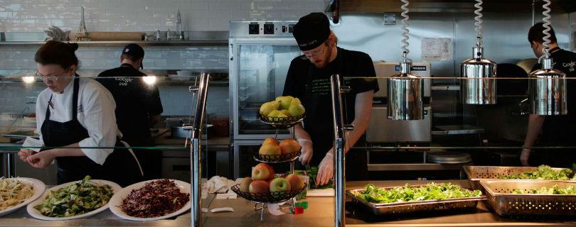 Молодые сотрудники променяли мединискую страховку на бесплатные обеды – исследование