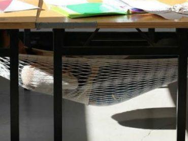 Дизайнер придумал «настольный» гамак, который позволит выспаться, не покидая рабочего места