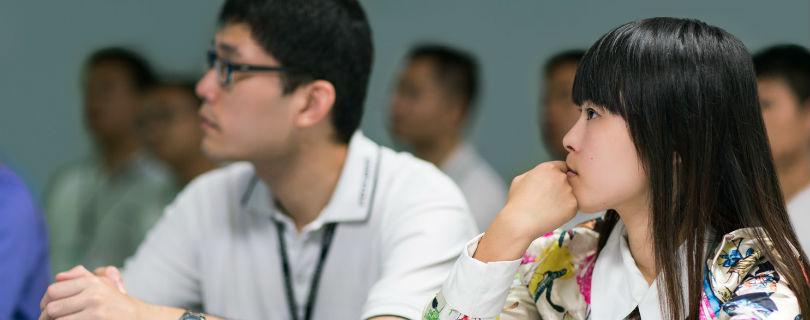 Рабочие на фабриках Apple изучают каллиграфию и английский язык