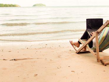 Каждый третий не может «отключиться» от работы в отпуске: результаты опроса