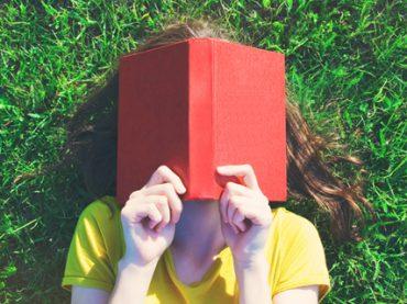 Почитать в субботу: онлайн-курсы по поиску работы, известные писатели в соцсетях, набор приложений для фрилансера и как перестать сожалеть о прошлом