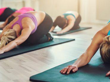 Вечерний тоник: 5-минутная йога-разминка для тех, кто весь день сидит за столом (видео)