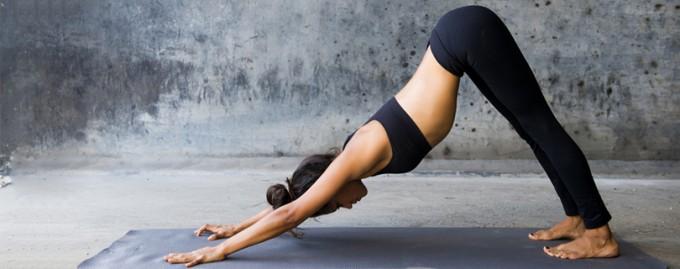 Выдохните стресс: йога-разминка для позитивного завершения дня (видео)