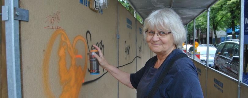 Жительница Берлина уже 30 лет закрашивает антисемитские граффити