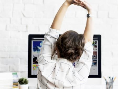 Бодрость в офисе: 5 упражнений, которые можно делать за столом