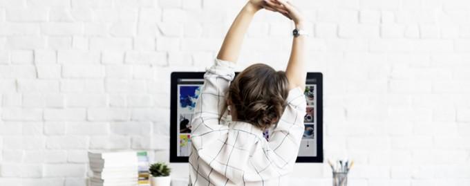 5 упражнений, которые можно делать за столом