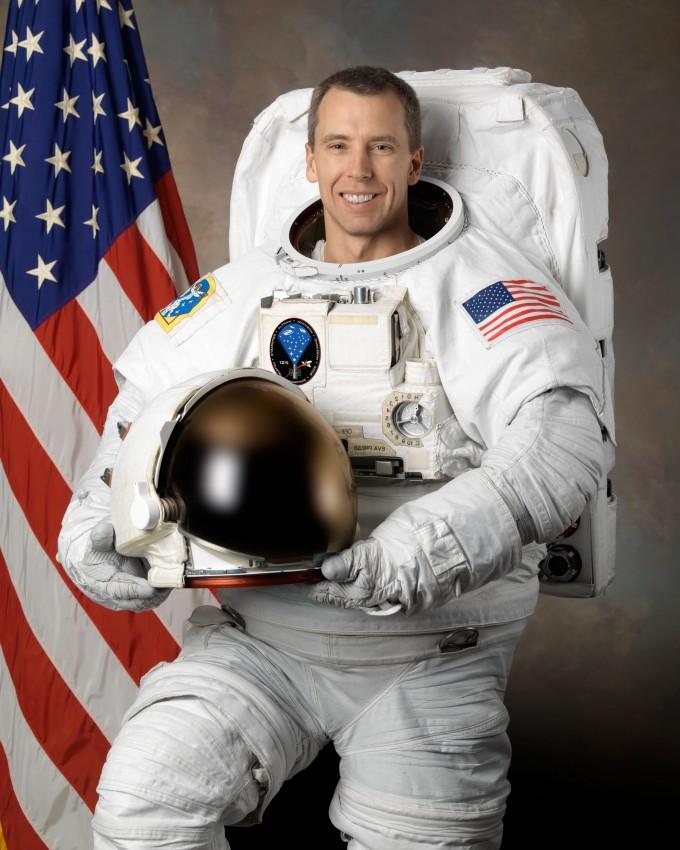 Французский астронавт Тома Песке делает первые шаги воткрытом космосе