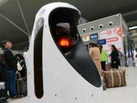 В Китае роботы-полицейские выслеживают преступников
