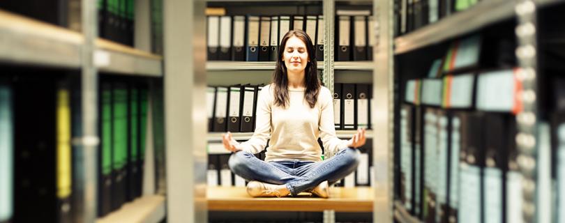 Офисная йога: 6-минутная разминка, которую можно делать прямо за рабочим столом