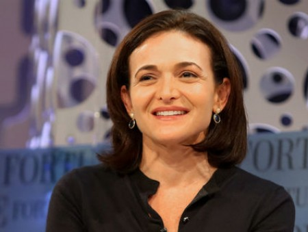 Операционный директор Facebook призывает повысить зарплату работающим матерям