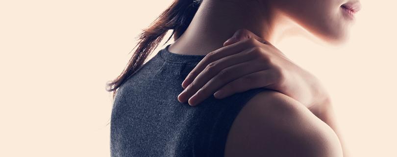 Вернуть бодрость: 5-минутная йога-разминка, чтобы избавиться от неприятных ощущений в шее