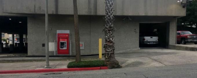 В Техасе рабочий застрял в банкомате и писал записки о помощи