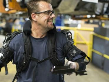 Ford тестирует на рабочих экзоскелеты, чтобы они получали меньше травм