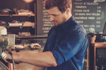«Гостеприимные» зарплаты: что предлагают работодатели официантам и поварам