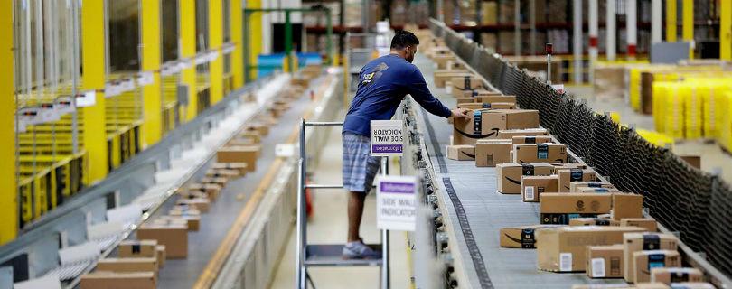 Amazon запатентовал браслеты для слежки за персоналом склада