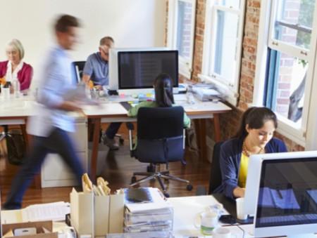 Офисных сотрудников отвлекают болтовня коллег и соцсети – опрос