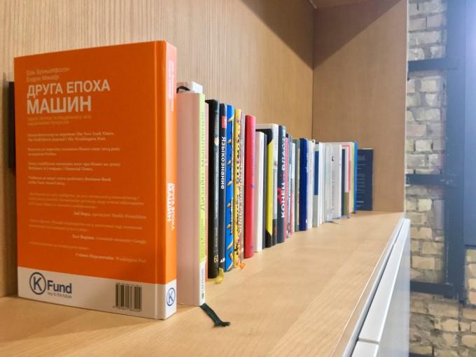 Бібліотеки в офісах: про корпоративну культуру читання, найпопулярніші книги та чим вони корисні у роботі