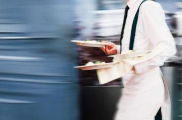 Дело вкуса: какие зарплаты предлагают поварам, горничным и официантам