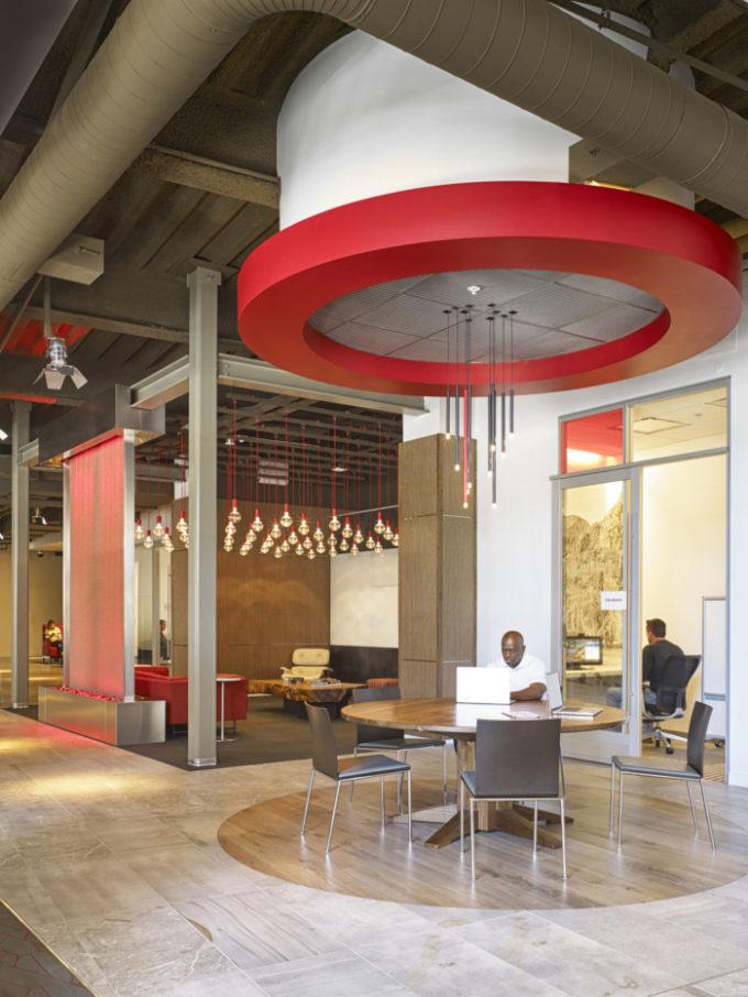 """В офисе Netflix в Калифорнии есть мост, """"Колизей"""" и кинозалы (фото)"""
