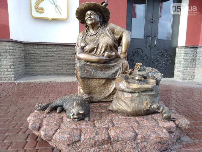 В Харькове появился памятник продавщице семечек