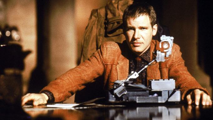 Как стать волонтером по работе с пришельцами, временным агентом или пилотом робота: 7 профессий будущего из кино