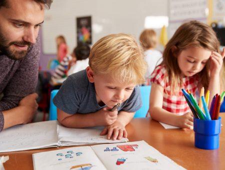 Гендерні стереотипи у роботі: як працюється чоловікові вихователем у дитсадку