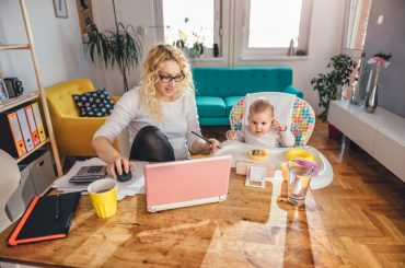 Режим, творчі забави та робота під час обіднього сну: три історії про те, як ефективно працювати вдома поруч з дітьми