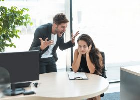 Йти не можна залишатися: 6 ознак токсичного керівника